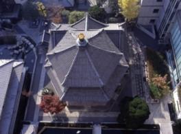 上空から見ると六角形になっている本堂