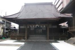 入母屋造の拝殿の背後には神明造の本殿が建つ