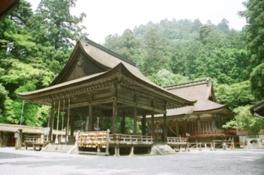 本殿は西本宮と東本宮があり国宝に指定されている