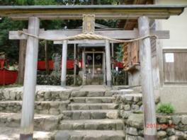政之公にゆかりのある亀山天皇の御陵に近い場所にある