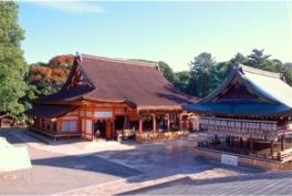 本殿(左)と舞殿は共に重要文化財に指定されている
