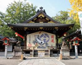 大絵馬は毎年11月末から1月末まで境内中央の拝殿の正面に飾られ、2月からは隣の聖鳳殿の壁面に移設して1年中飾られる