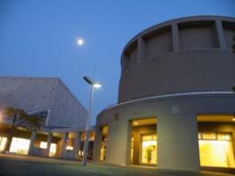 円形のプラネタリウムの建物が印象的