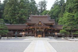 本殿、拝殿、神楽殿、弊殿は素木造の檜皮葺の建物