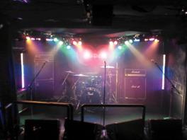 ステージは低め。一体感のあるライブが楽しめる
