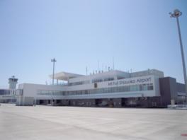 白い外観が清潔感あふれるターミナルビル