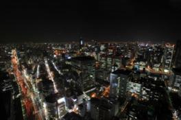 展望デッキから大阪キタを代表する飲食店街の北新地方面の夜景を望む