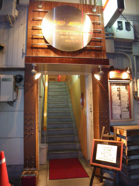 階段を上がった2階にライブハウスがある