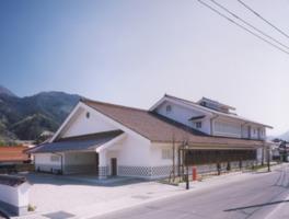 漆喰の白壁と赤色の石見瓦を葺いた和風建築の美術館