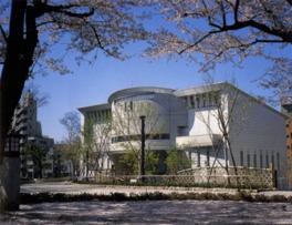 飛鳥山公園内に立つ3つの博物館の1つ