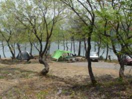 湖畔を望むキャンプ場