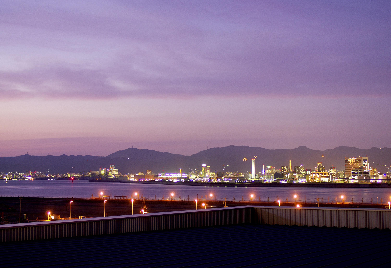 対岸に神戸市街地を望む