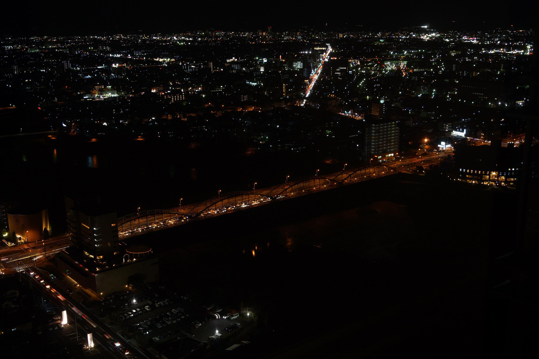 利根川にかかる群馬大橋のライトアップと街明かりが美しい