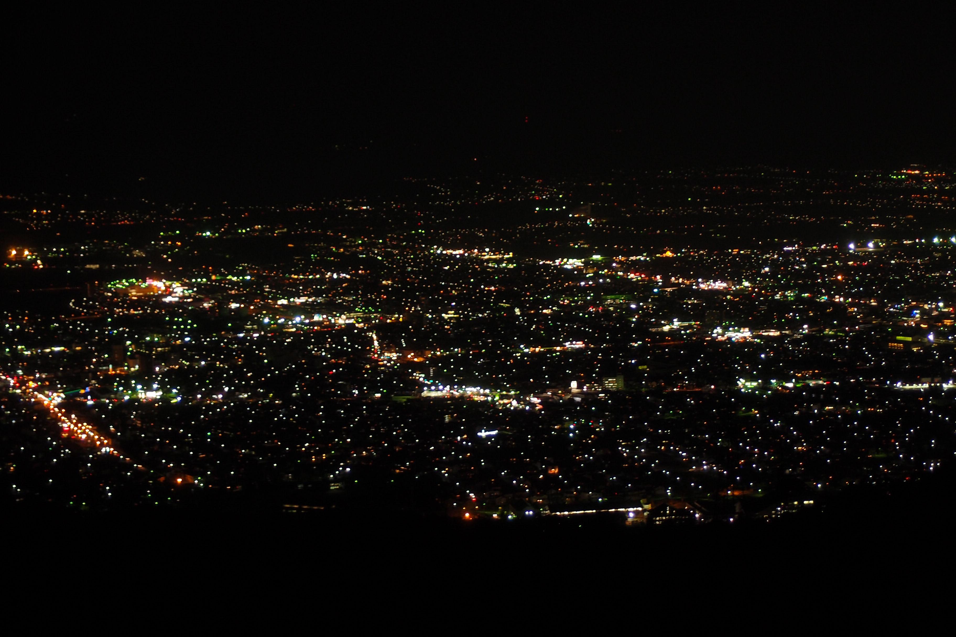色とりどりの宝石をちりばめたような山形市街の夜景