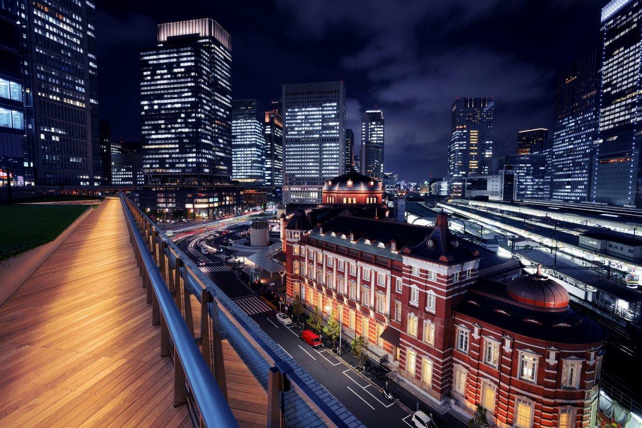 ウッドデッキからライトアップされた東京駅駅舎を眺める