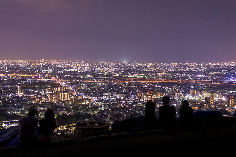 光きらめく大阪平野が広がる
