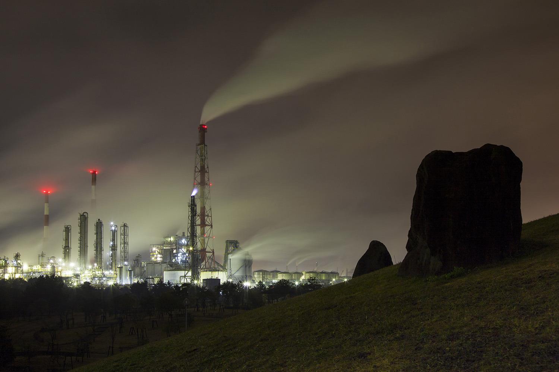 ライトアップされた工場群は近未来感をかもしだす