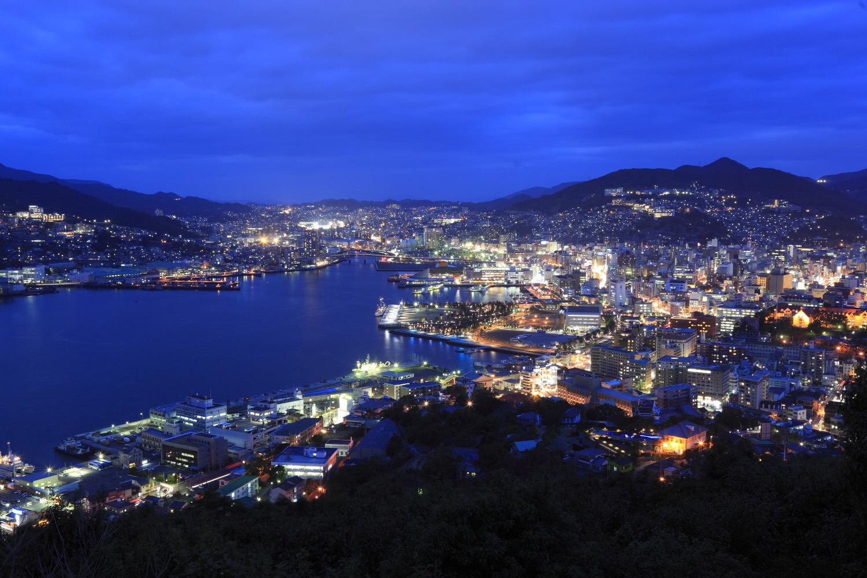 湾が入り組んだ長崎の市街地を望む