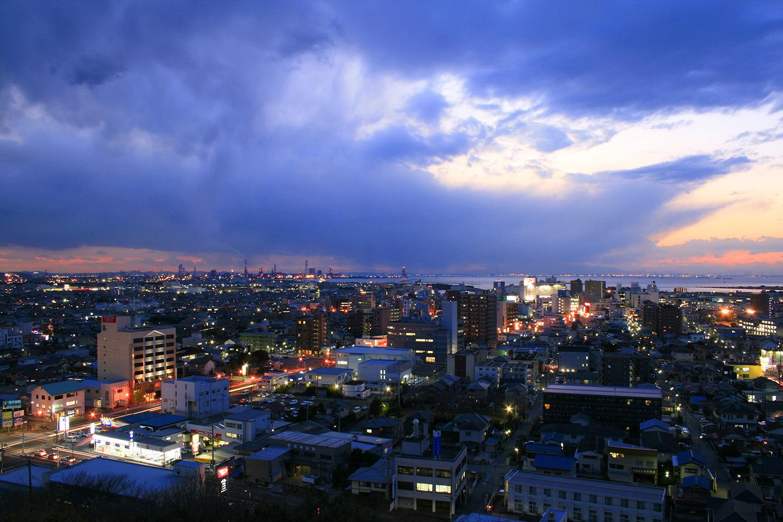 夕暮れ時、南西方向には木更津の街と海が見える