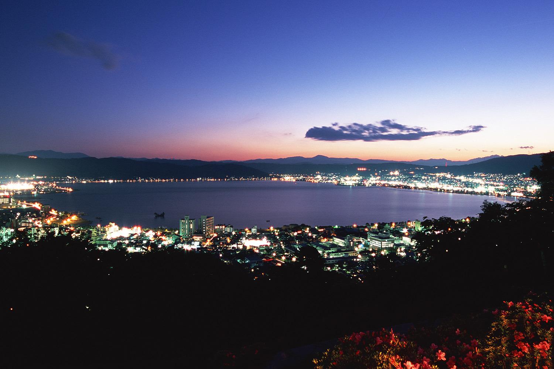 夕暮れ時の諏訪湖と街の灯りが美しい