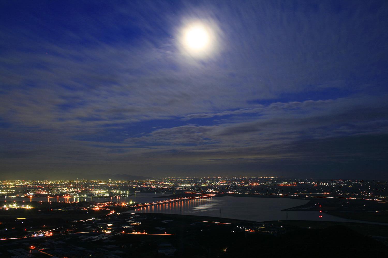 三河港大橋とその向こうに広がる豊橋市街を望む
