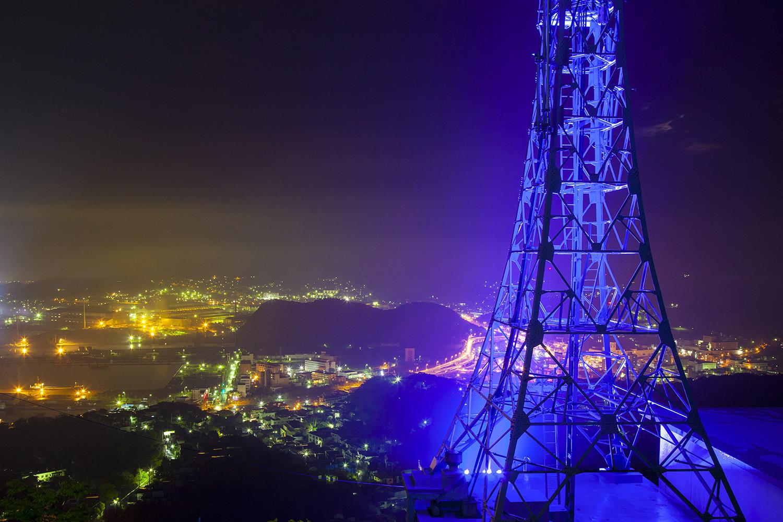 ライトアップされたテレビ塔と室蘭港や市街地の夜景
