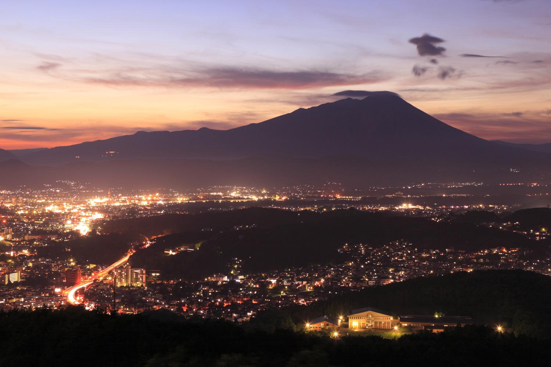 岩手山のシルエットと盛岡市一円の灯りの取り合わせが美しい