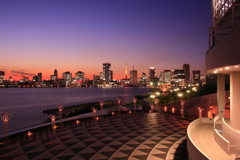 東京湾越しに東京タワーを望む