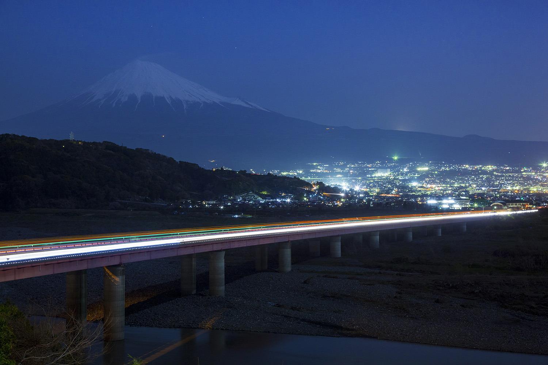 富士山のシルエットと高速道路と富士市内の灯りの取り合わせが絶妙