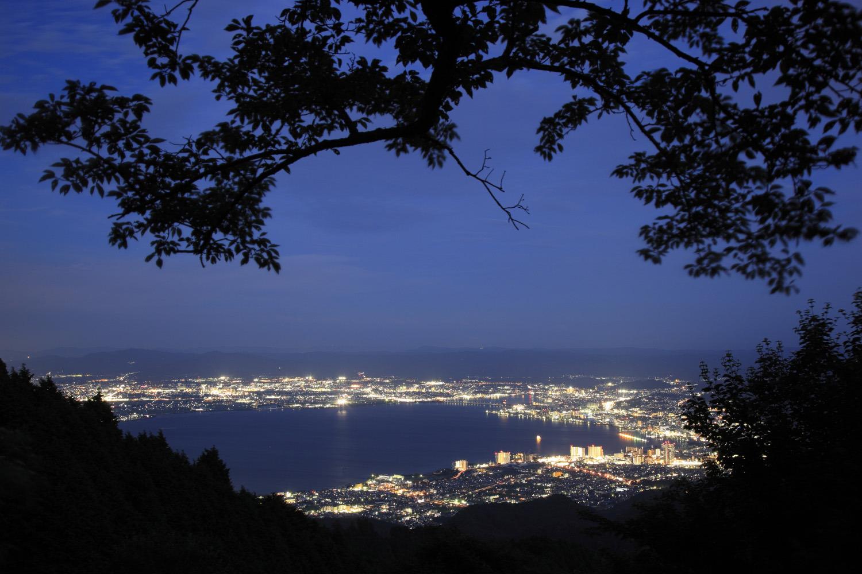 琵琶湖の闇と周辺の光のコントラストも印象的
