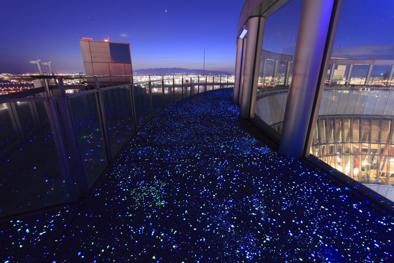 夜には足下の蓄光石が光を放つ「ルミ・スカイ・ウォーク」
