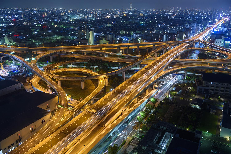 オレンジ色の光が東大阪JCTの複雑な構造を照らす