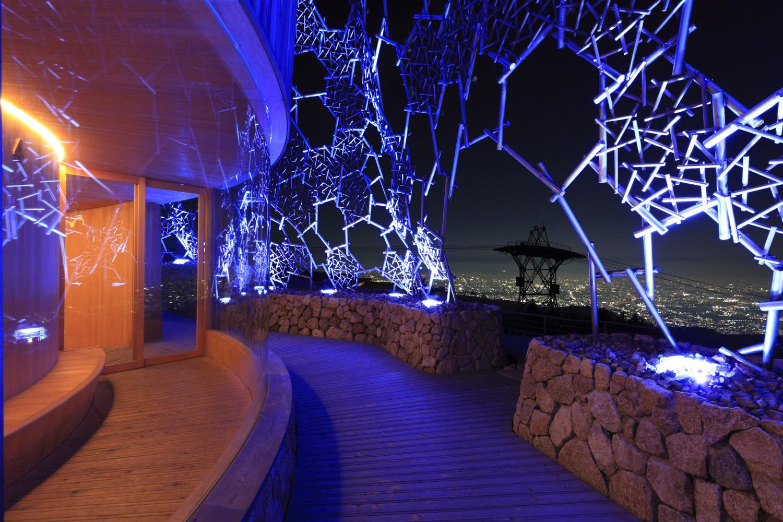 光のアートでライトアップされた展望台を覆うフレームも幻想的