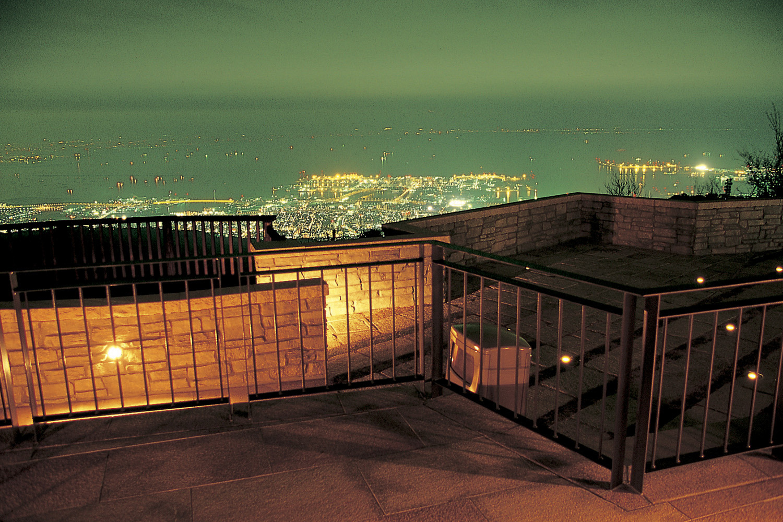 テラスから神戸港や大阪平野の夜景を眺める