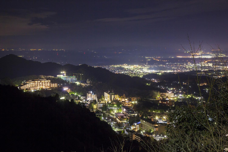 有馬温泉の旅館街や街灯の明かりがすぐ下に見える