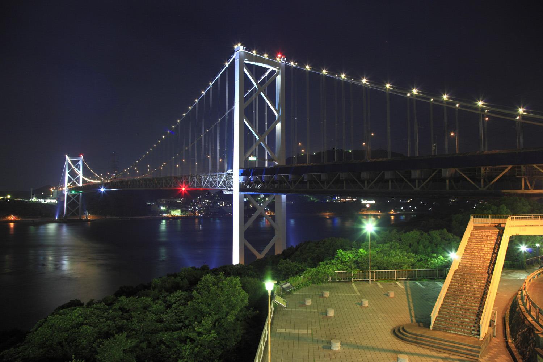 展望台の目の前にライトアップされた関門橋が迫る
