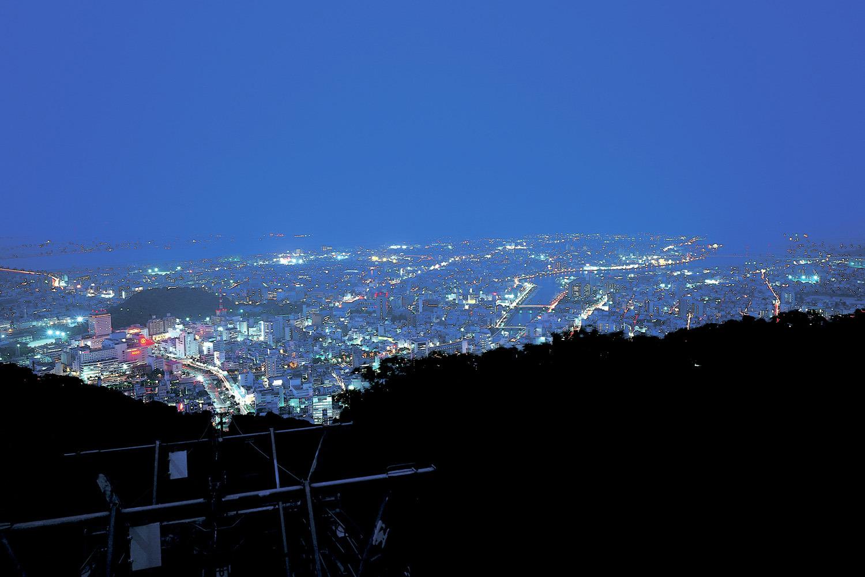 眉山は同名の小説、映画、テレビドラマでも知られる