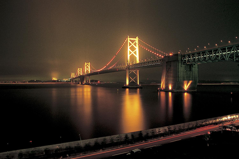 瀬戸大橋が温かい光で照らされる