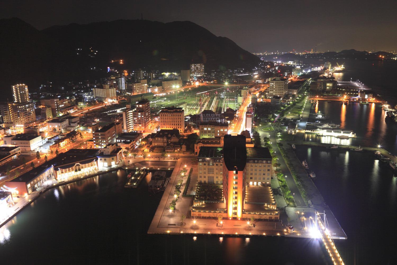 趣のあるやわらかな明かりに照らされた門司港周辺の夜景