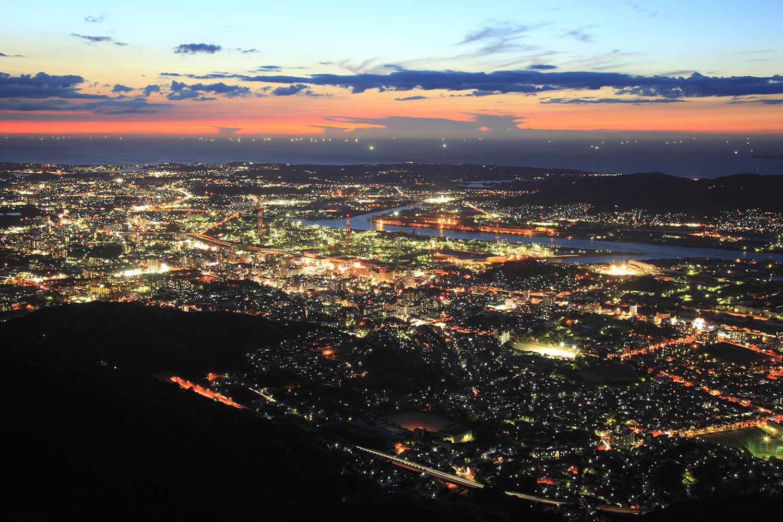 夜の海が金色に輝く北九州市街の明かりを際立たせる