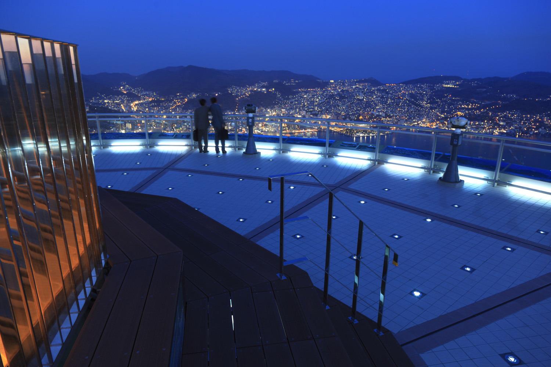 幻想的な光に照らされた展望台屋上から見る眺めはロマンチック
