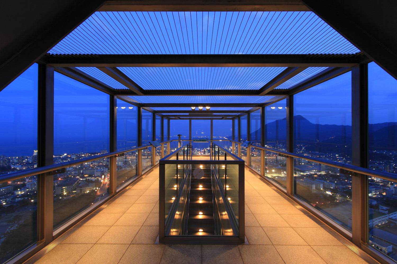 前面、側面、後面はガラス張りで、天井部分はワイヤーを張っただけというユニークな展望室