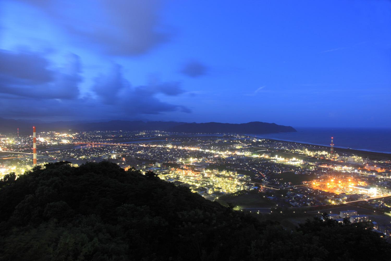 工場地帯と延岡市街の夜景が広がる