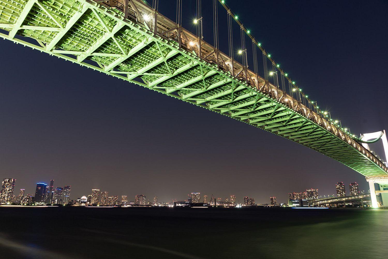 ライトアップされたレインボーブリッジ越しに東京ベイエリアの夜景が見渡せる