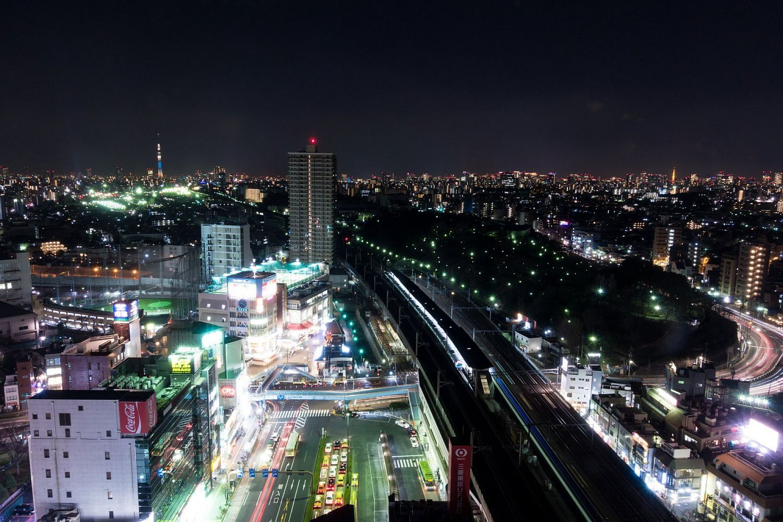 湾岸方面は東京タワーと東京スカイツリーを一望できる夜景が広がる