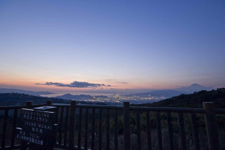 富士山から沼津市街、駿河湾にかけての夕景