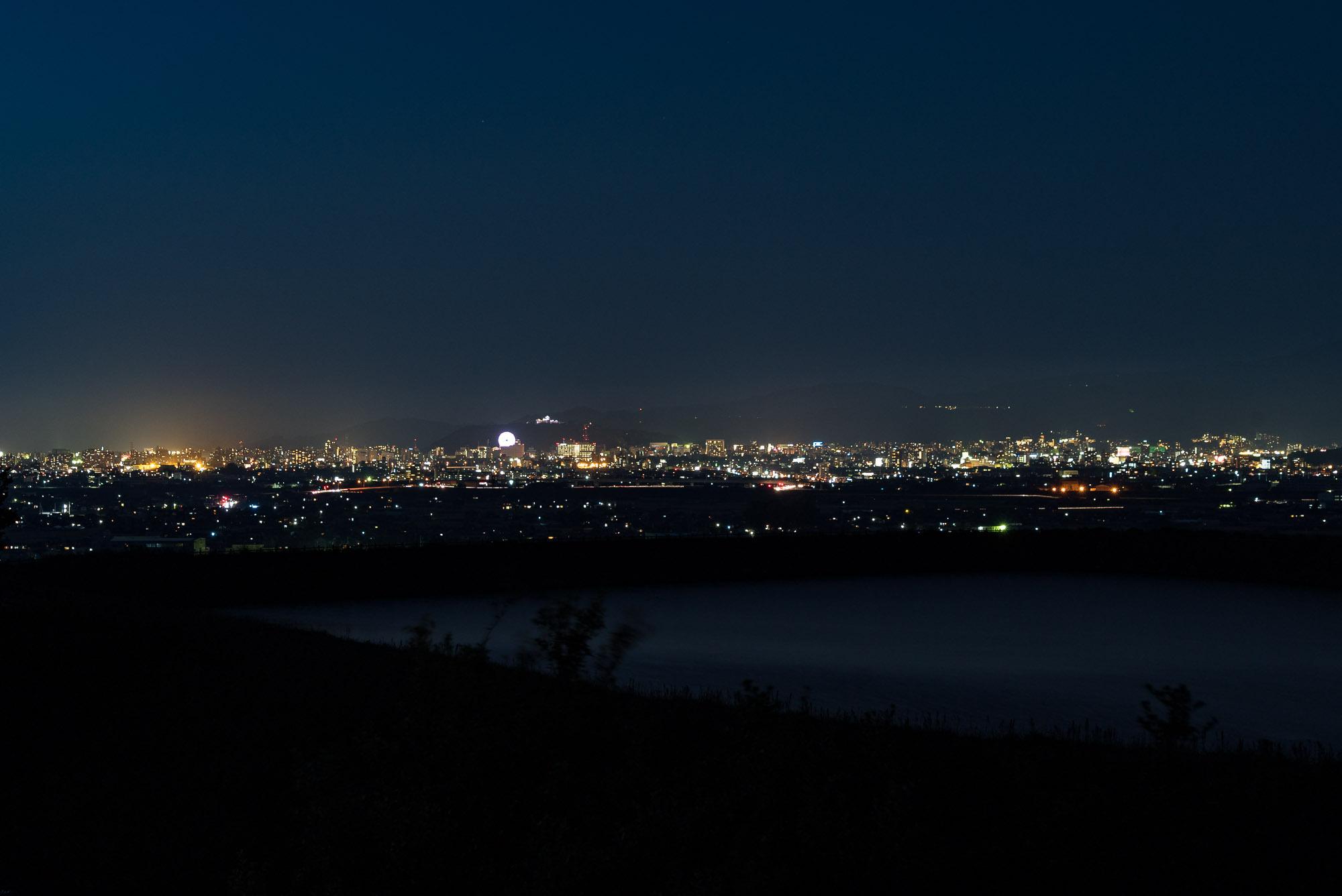 和の雰囲気が漂う展望広場から松山市方面を望む