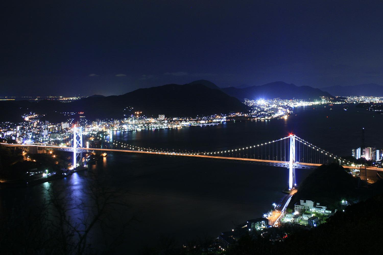見事にライトアップされた関門橋を望む