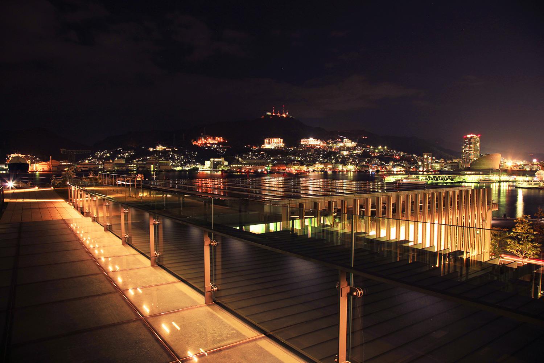 ライトアップされた美術館と長崎港、対岸に稲佐山の光が見える