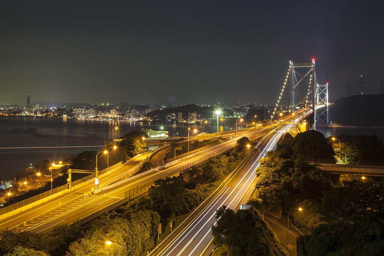 ライトアップされた関門橋を車が行き交うさまが美しい(第二展望台)